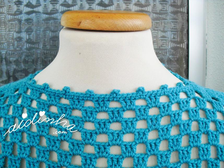 Outra imagem do decote da blusa turquesa