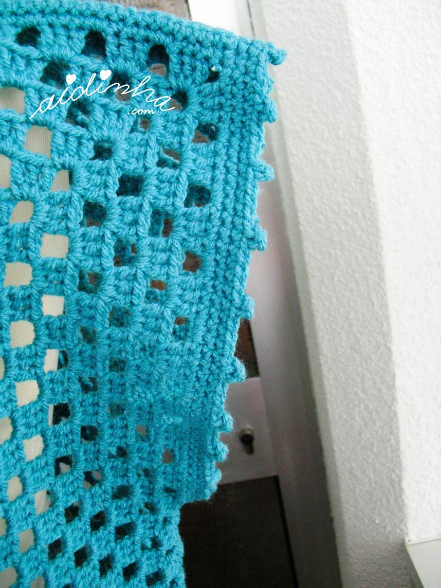 Foto da parte da manga da blusa turquesa