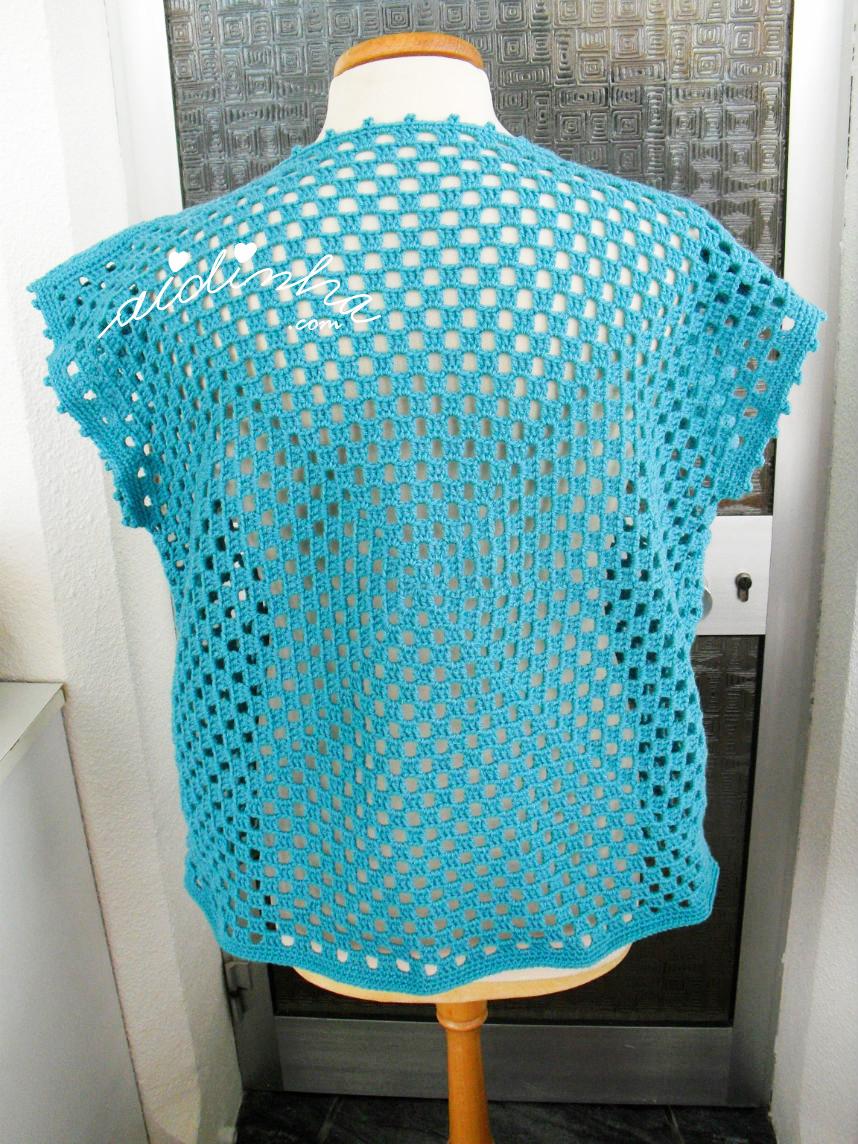 Blusa de crochet turquesa vista por detrás