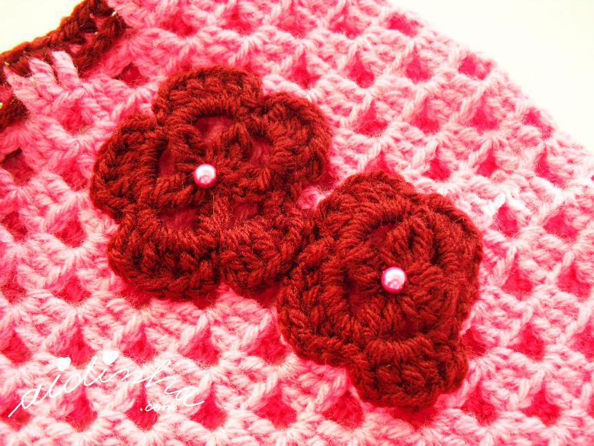 Imagem das flores, em crochet, que enfeitam o poncho infantil
