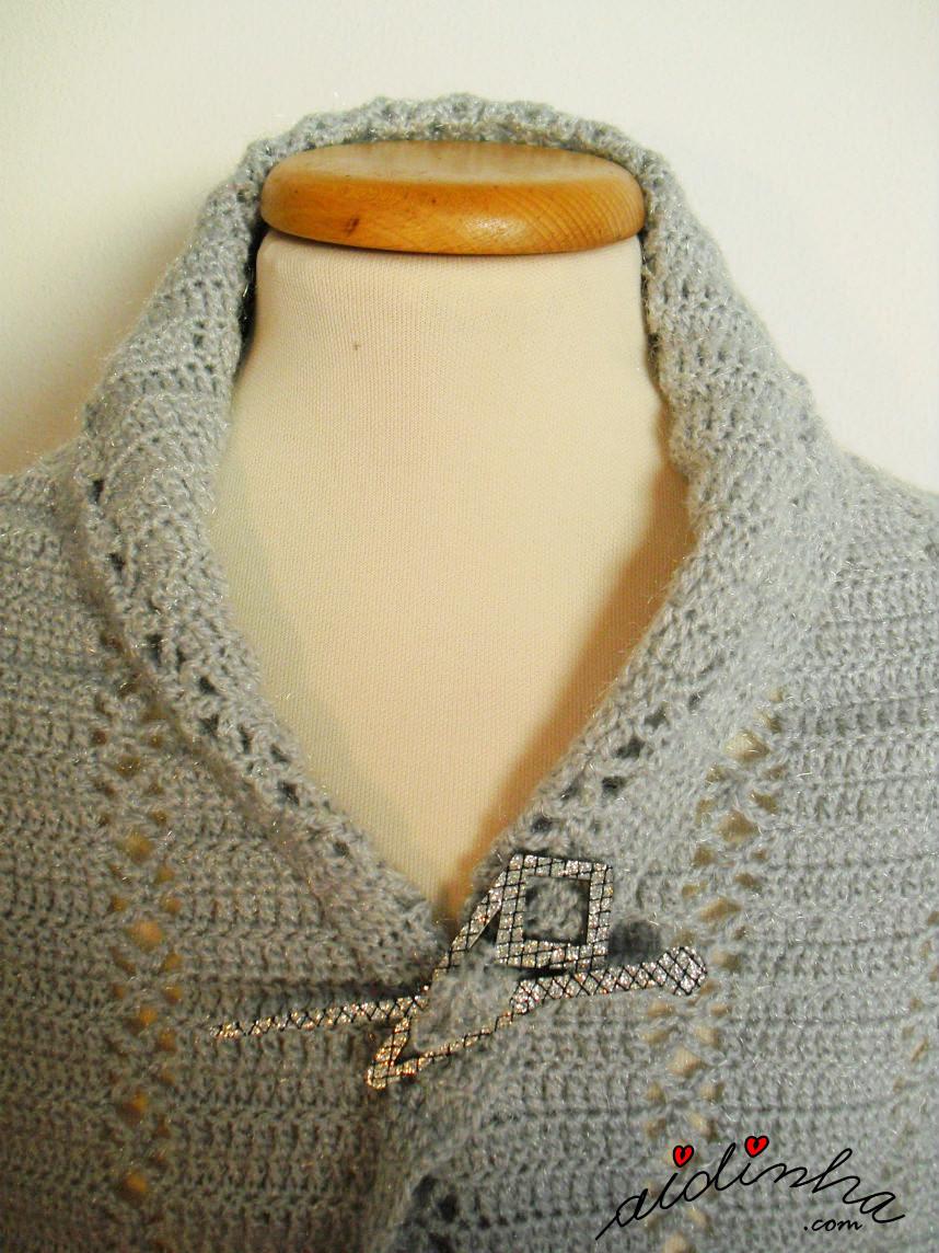 Foto do decote formado pela estola de crochet