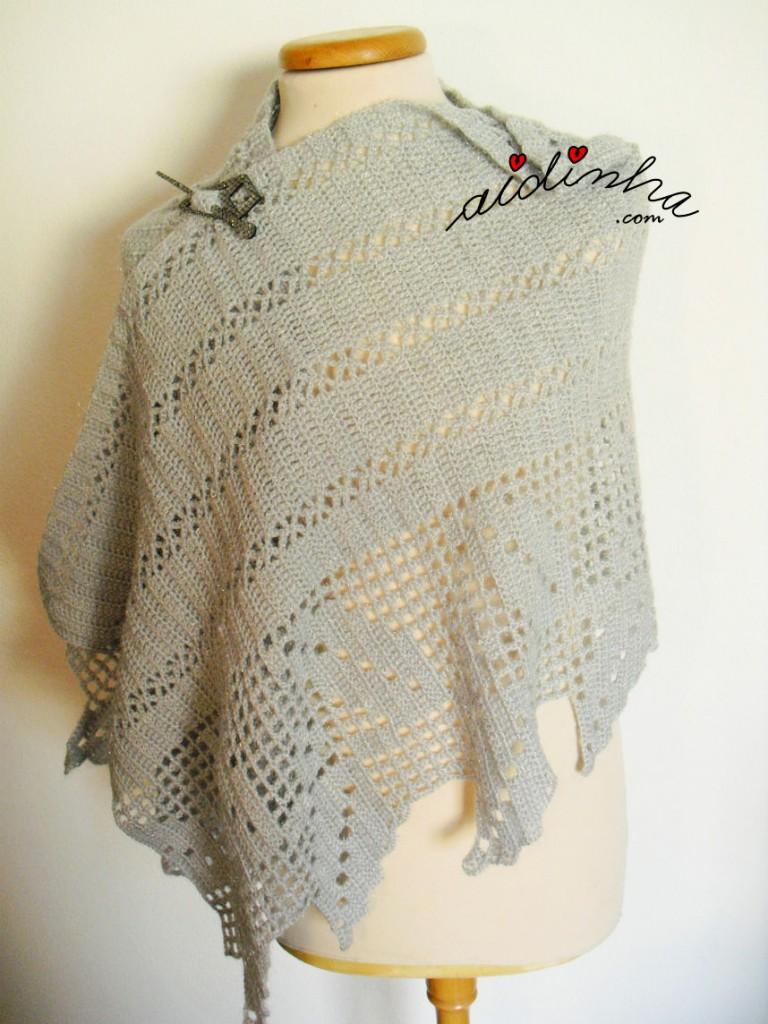 Estola de crochet, em cinza e prata