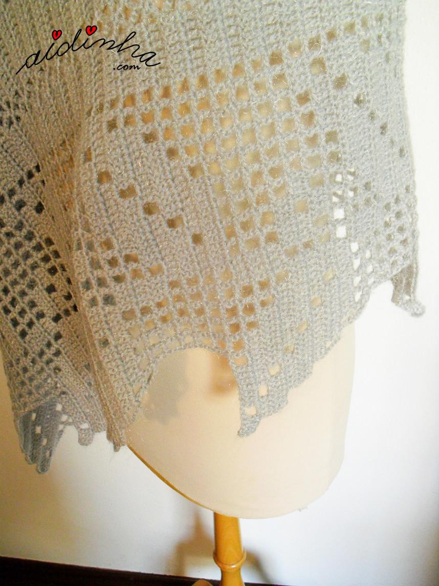 Foto da estola de crochet, com folhas, vista de lado