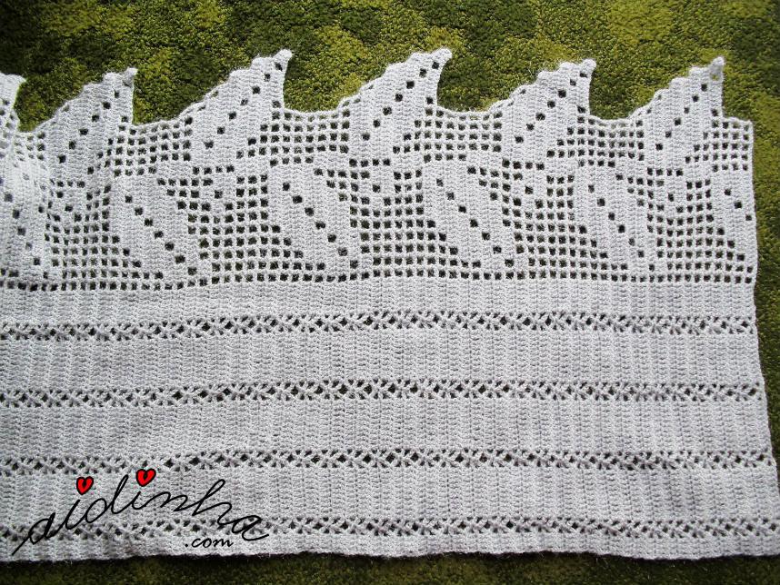 Desenho das folhas e dos pontos de crochet, da estola cinza e prata