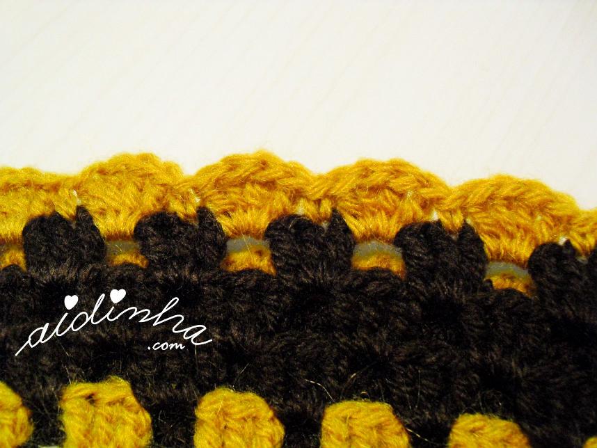 Remate da última volta do poncho de crochet castanho