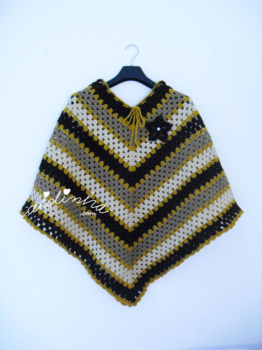 Outra foto do poncho de crochet castanho