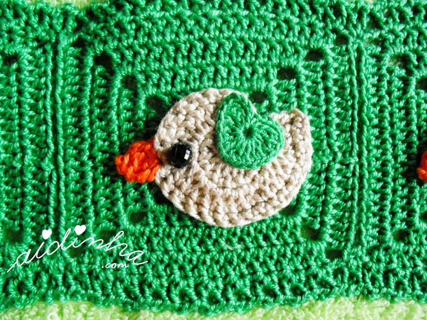 Foto do passarinho creme, com asinha verde, de crochet