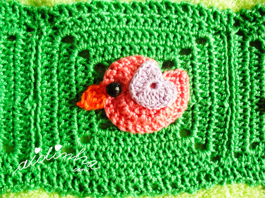 Foto do passarinho rosa, com asinha rosa claro, de crochet