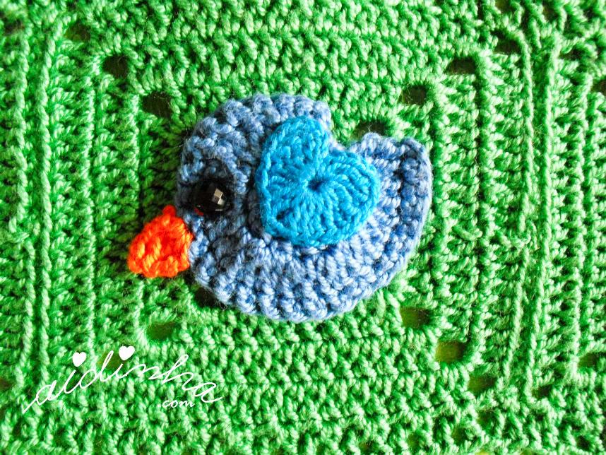 Foto do passarinho azul, com asinha azul turquesa, de crochet