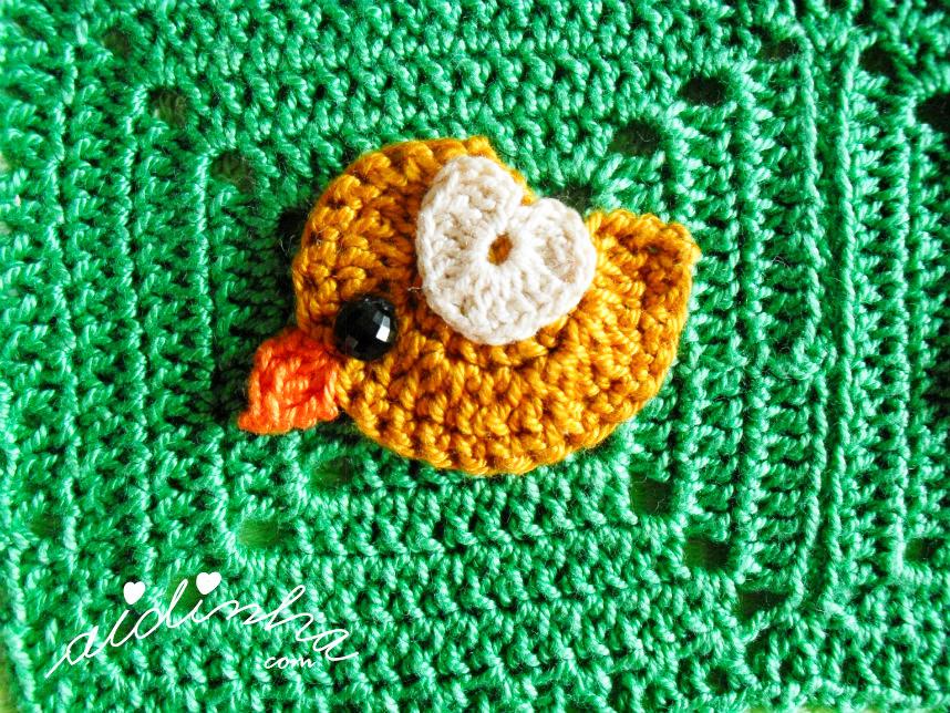 Passarinho cor de mel com asinha creme, de crochet