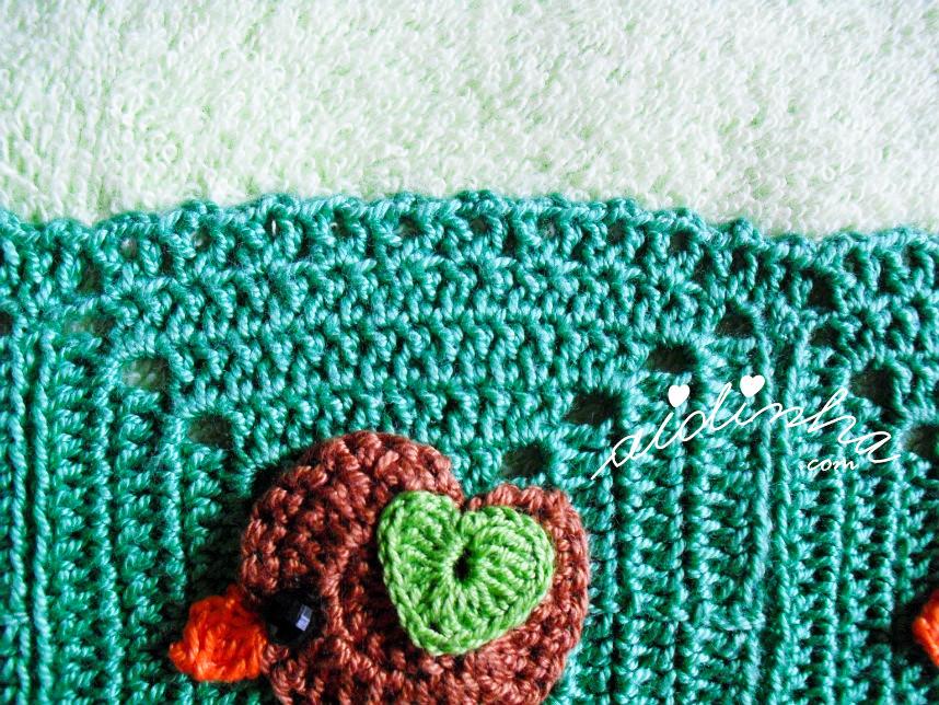 Foto do biquinho de crochet, em volta dos quadrados