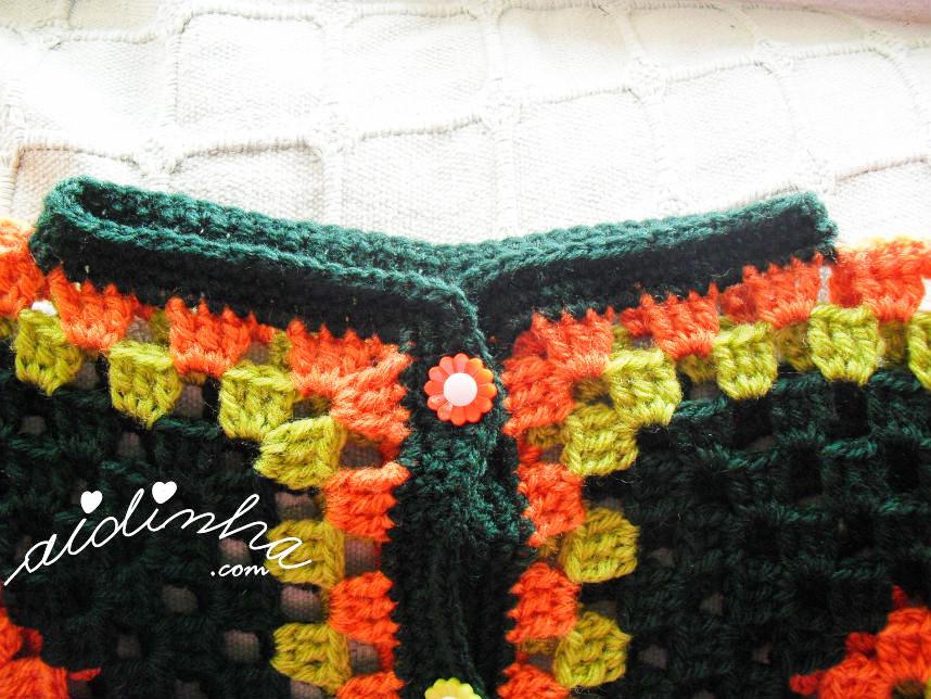 Foto do decote, do casaco infantil, verde e laranja