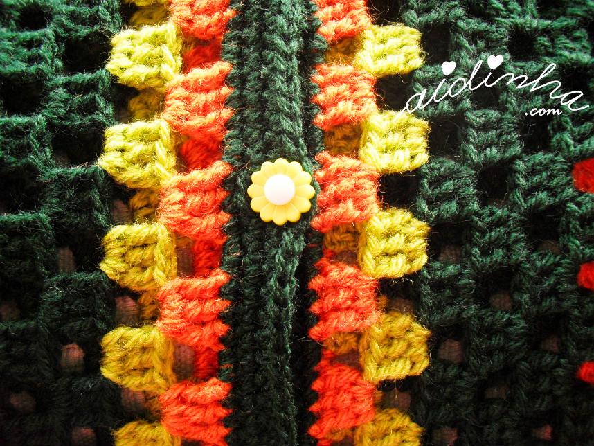 Foto do botão, em forma de flor, verde do casaco infantil