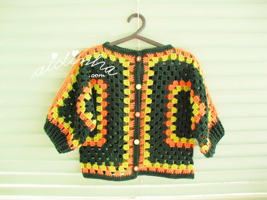 Outra foto do casaco de crochet, para menina, nas cores verde e laranja