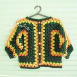 Casaco de crochet, para menina, nas cores verde e laranja