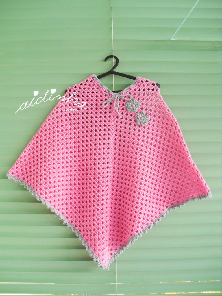 Poncho infantil, de crochet, em rosa e cinza