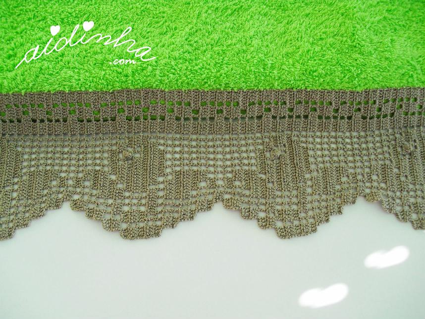 Foto das flores da renda de crochet, do toalhão verde