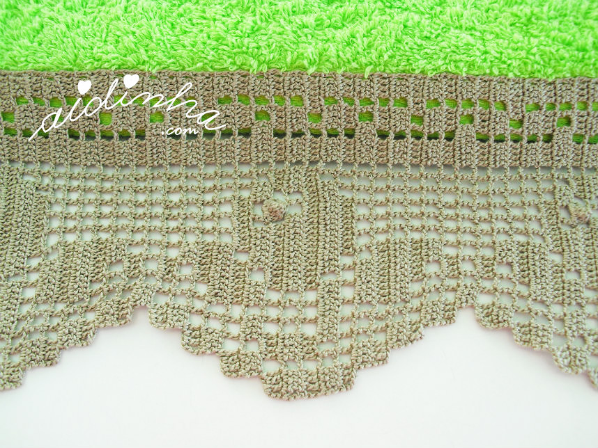 Foto do motivo da renda de crochet, do toalhão verde