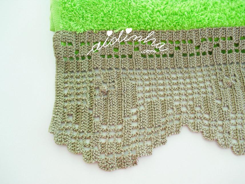 Foto de um dos lados da renda de crochet, do toalhão verde