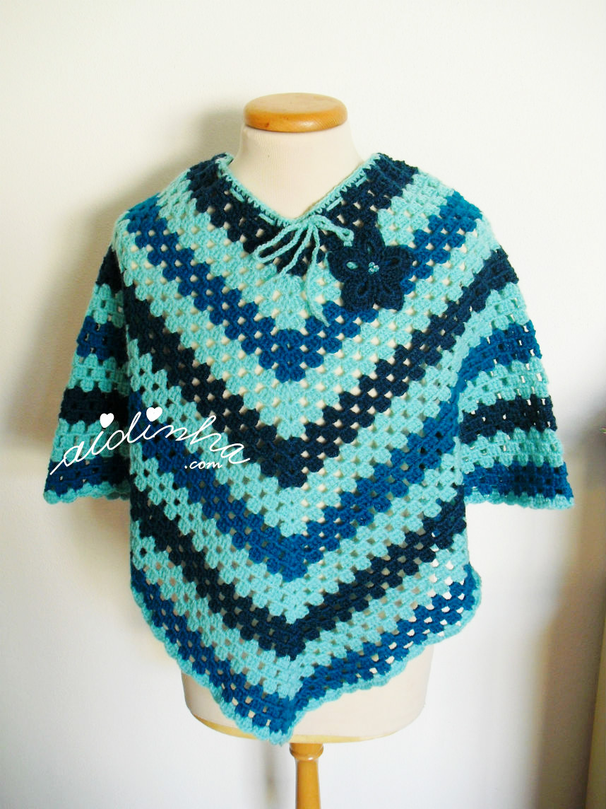 Foto do poncho de crochet, turquesa, no manequim