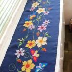 Naperon bordado em ponto cruz com flores e borboletas