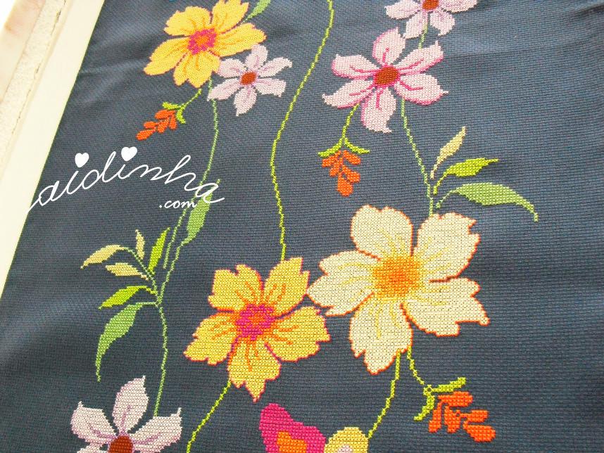 Foto de uma parte do naperon com flores e borboletas