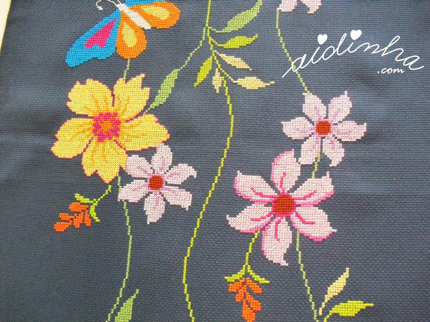 Outra parte do naperon com flores e borboletas
