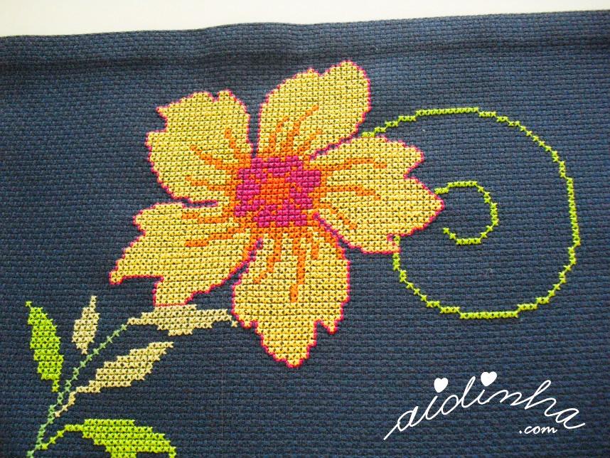 Pormenor de uma das flores amarelas, bordada em ponto cruz