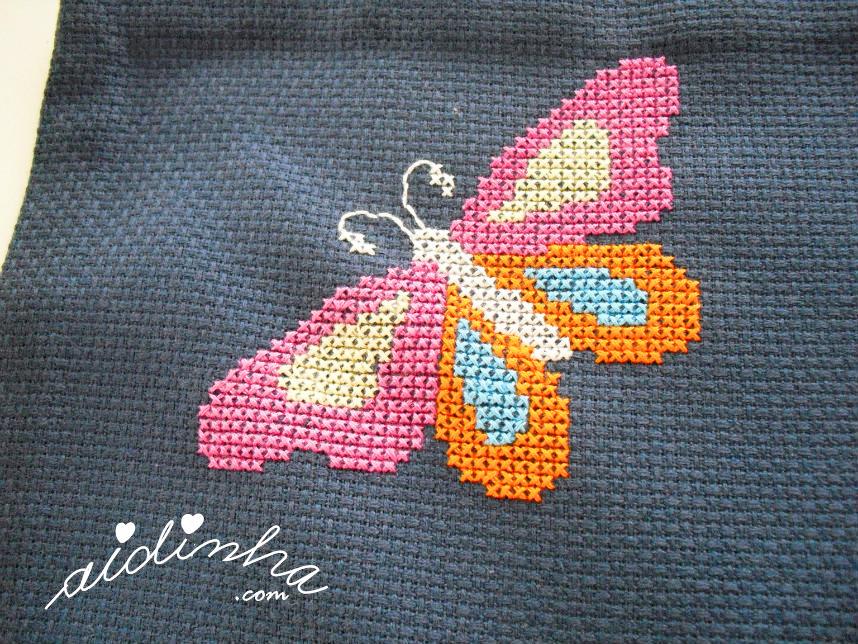 Pormenor de uma das borboletas, bordadas em ponto cruz