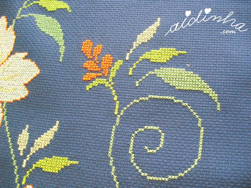 Foto de folhas e arabesco do naperon bordado em ponto cruz