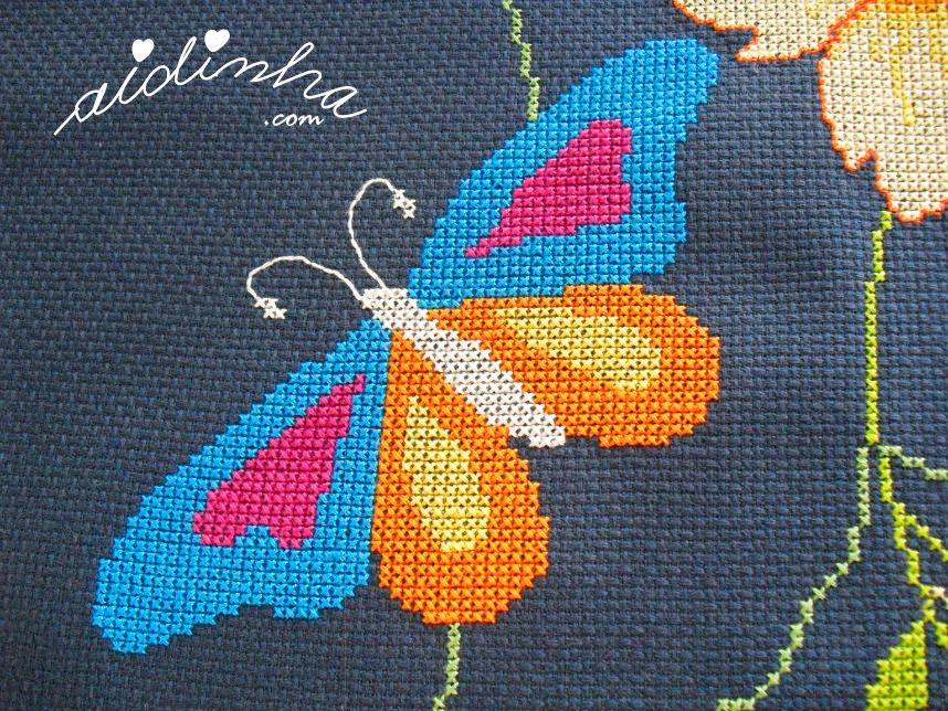 Foto de outra borboleta bordada em ponto cruz
