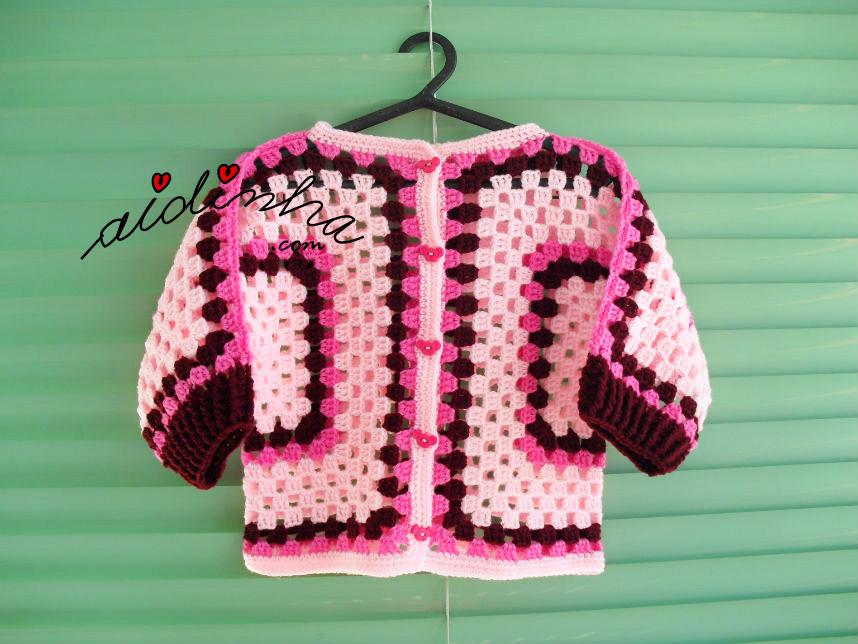 Foto do casaco infantil, pendurado, em tons de rosa