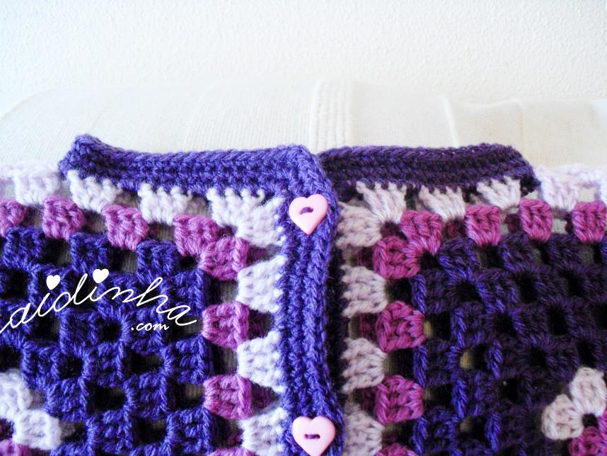foto do decote do casaco infantil em tons de roxo e lilás
