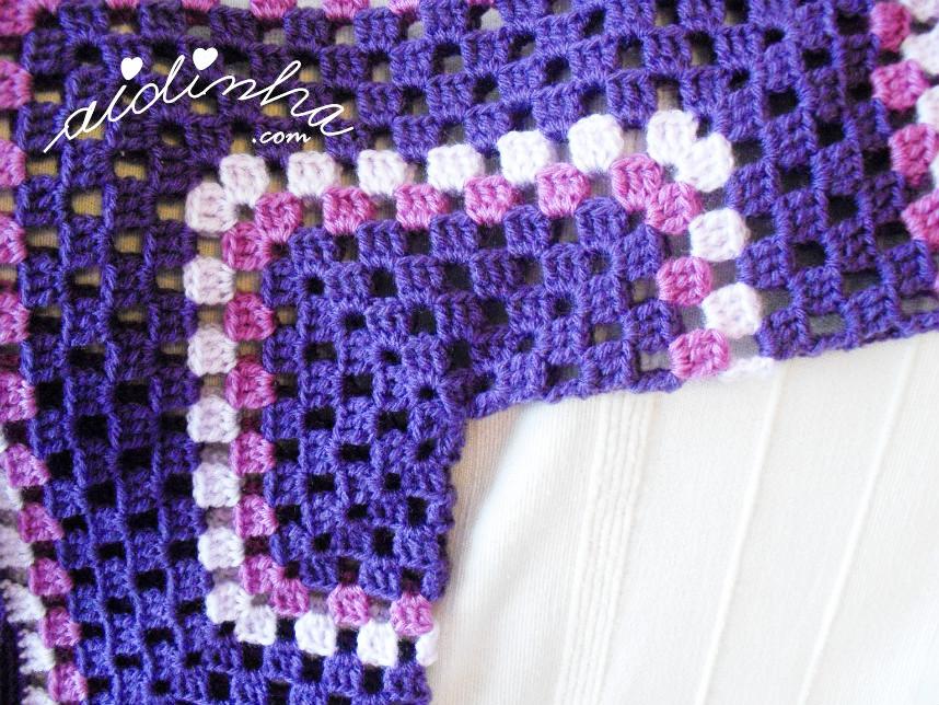 Outra foto do casaco infantil de crochet em tons de roxo e lilás