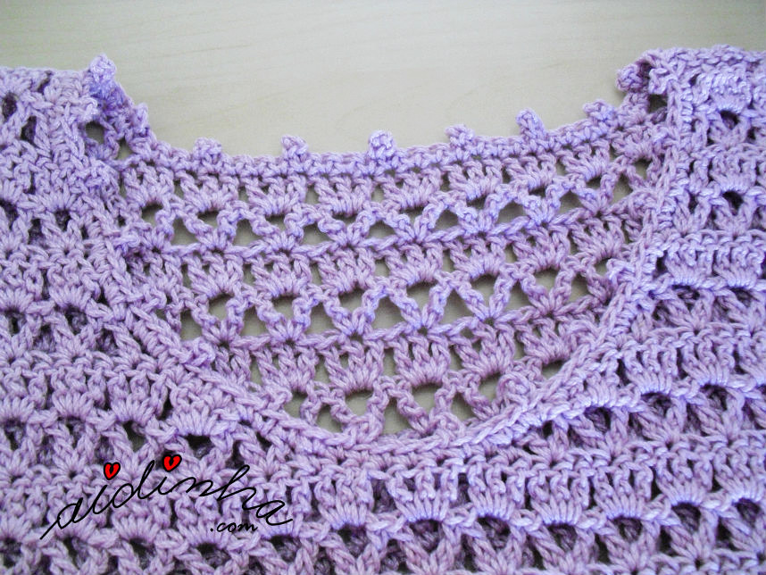 Foto do decote do vestido de crochet lilás