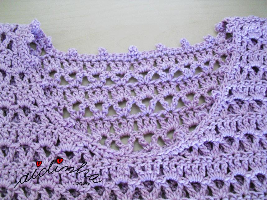 Foto do decote do vestido de crochet lilás