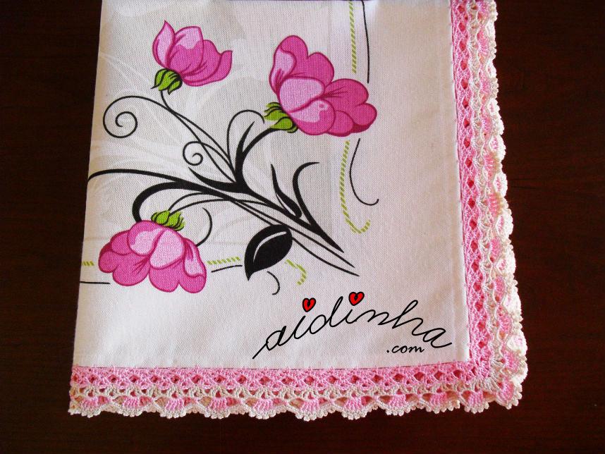Toalha de mesa com picô de crochet, em rosa e creme