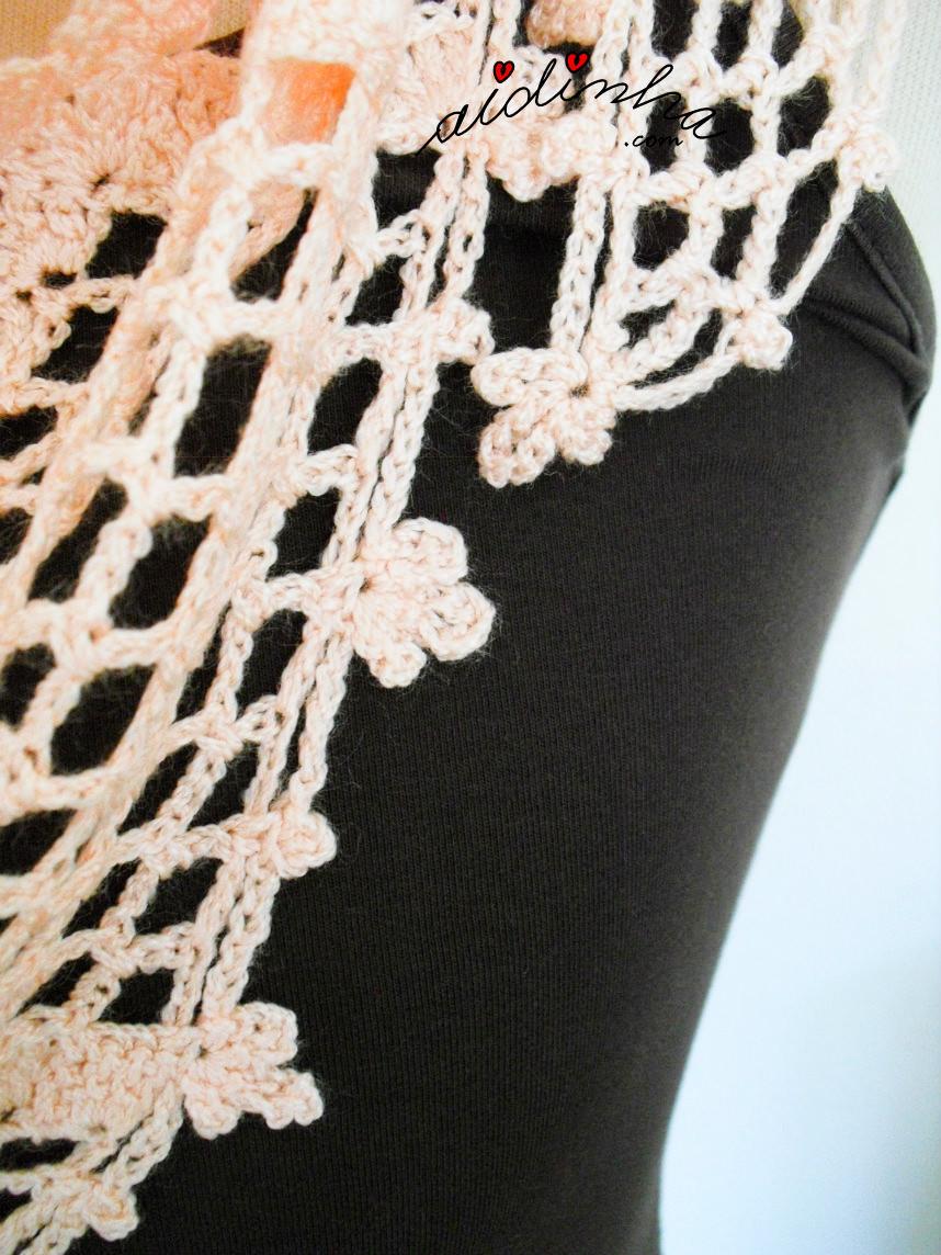Pormenor das florinhas de crochet, em volta do lenço