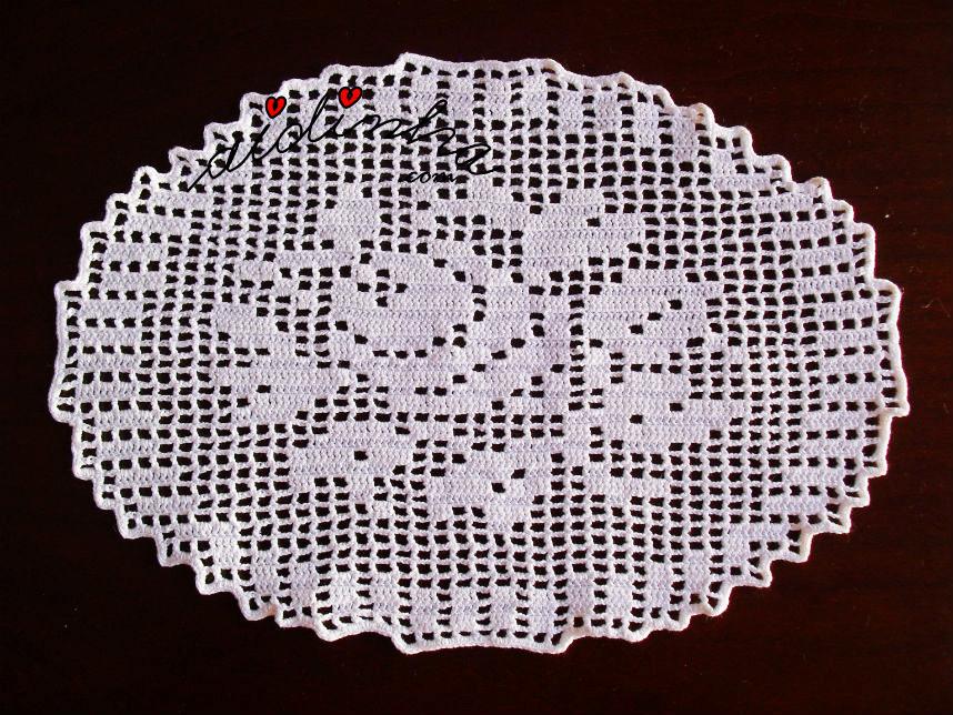 Naperon/Caminho de mesa em crochet com motivo central