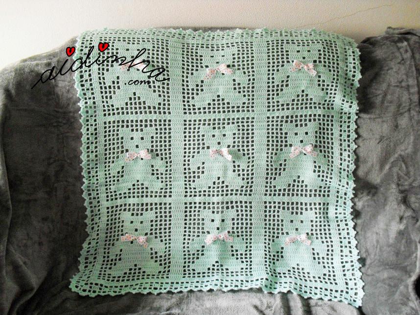 Manta para bébé, em crochet, na cor verde água e com ursinhos