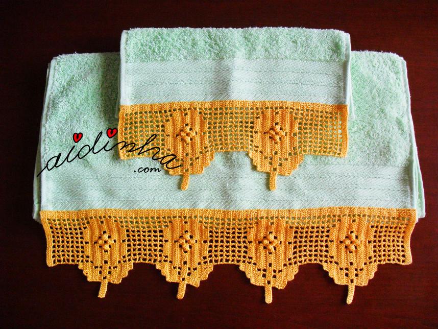 Conjunto de toalhas verdes com renda de crochet em tom de mel