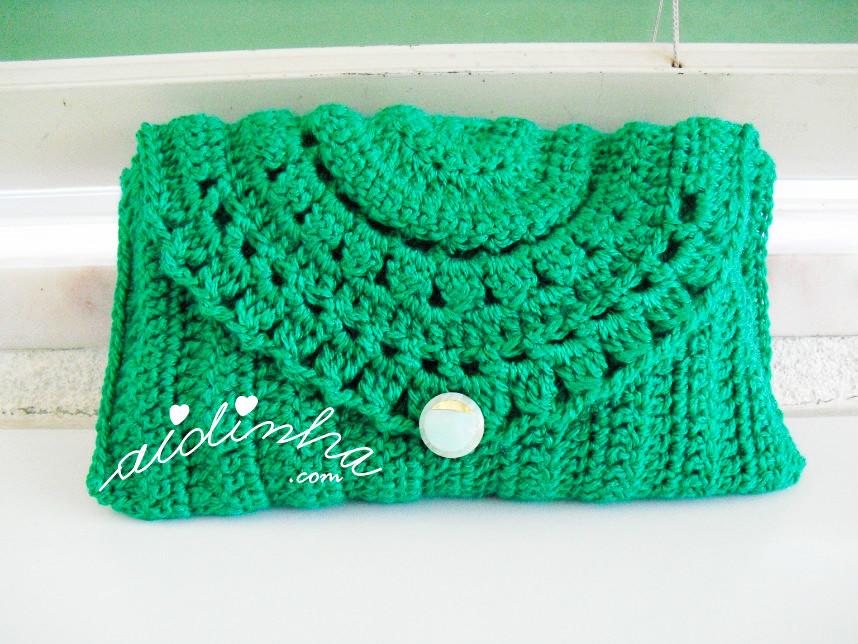 Bolsa verde, em crochet, com botão
