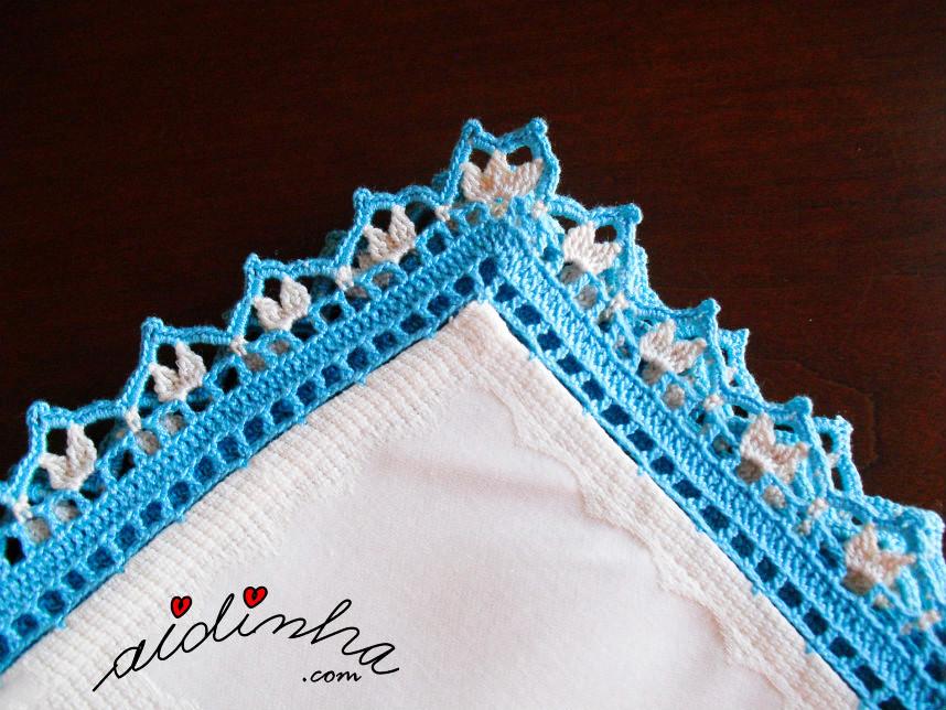 Outra foto do canto da toalha com picô de crochet