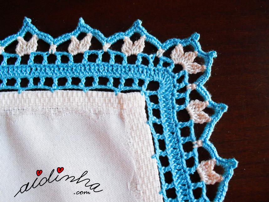 Foto do canto do picô de crochet creme e turquesa