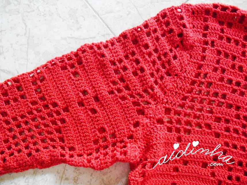 Foto da cava da manga do casaco vermelho