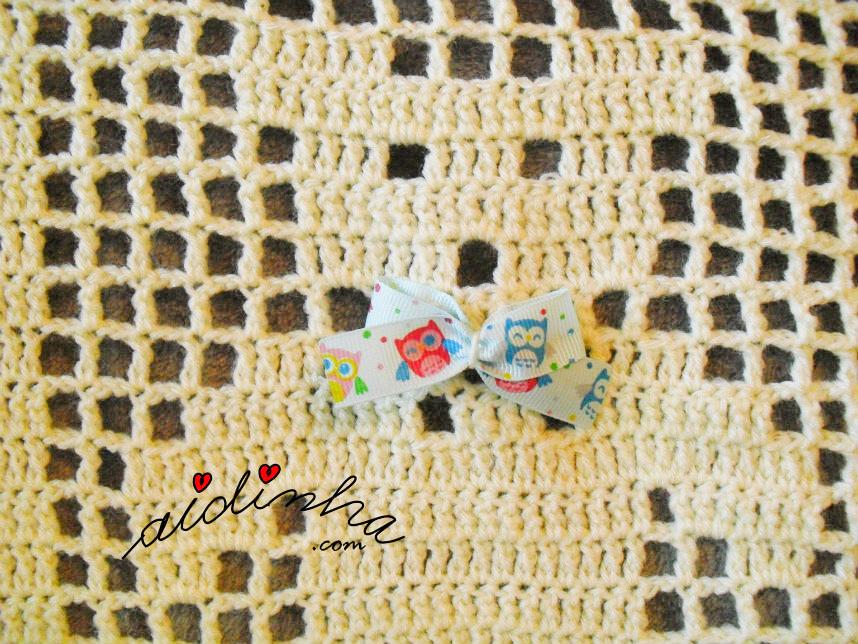 Foto do lacinho dos ursinhos da manta de bebé de crochet