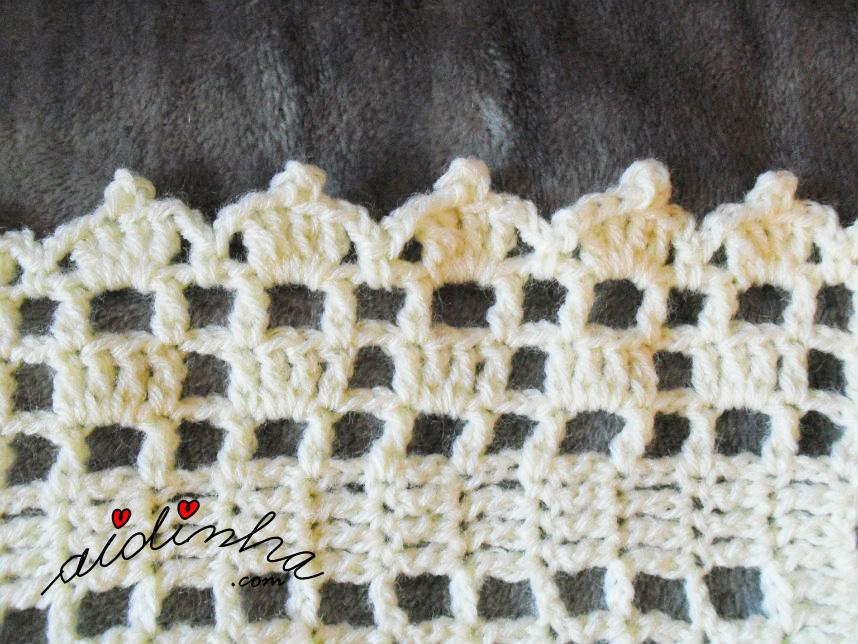 Foto do picô em volta da manta de crochet