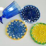 Porta-copos, de crochet, em azul, verde e amarelo