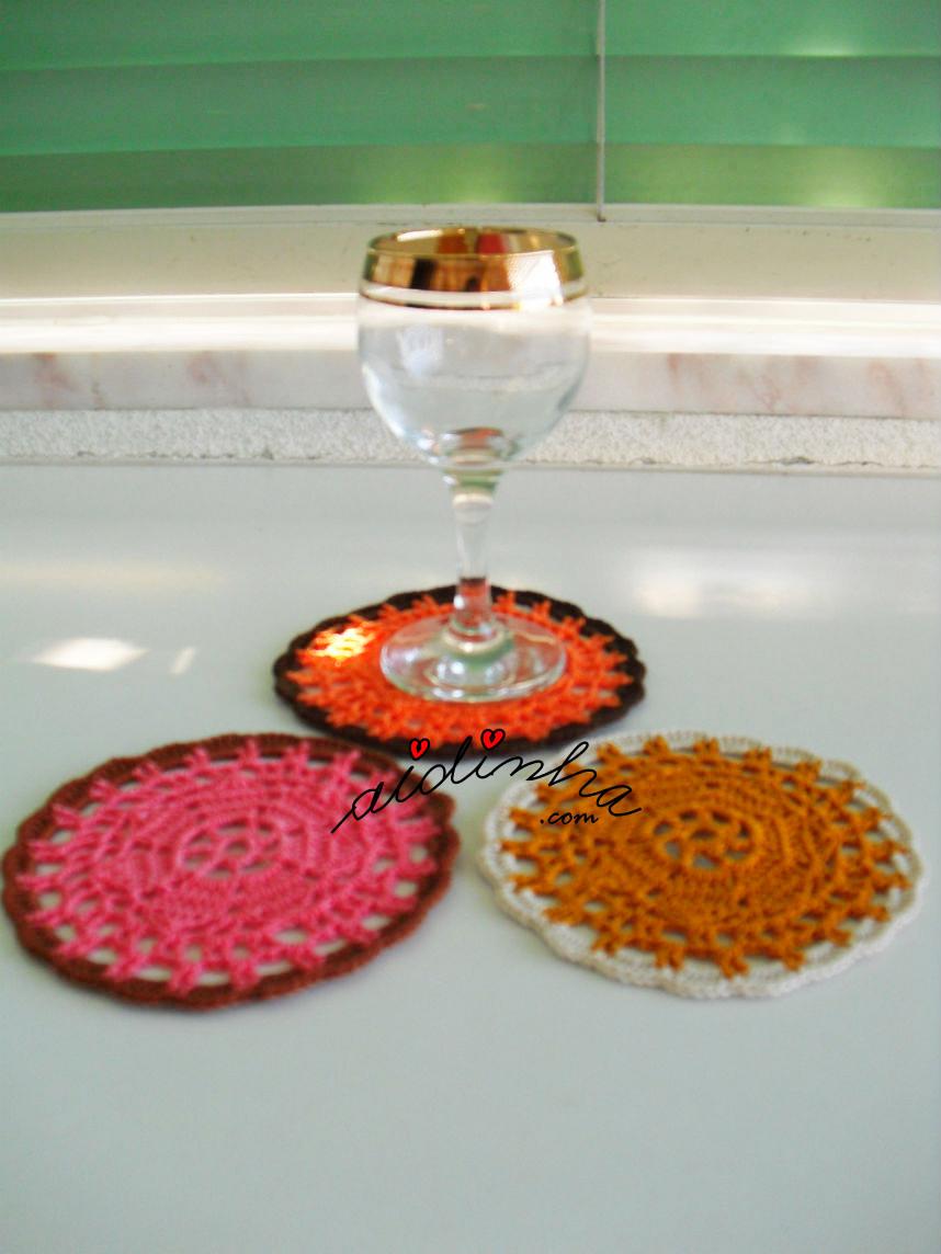 Outra foto dos porta-copos de crochet de cores variadas