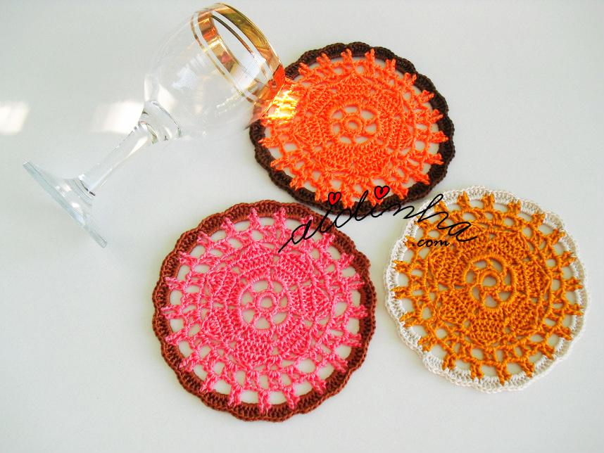 Porta-copos de crochet com cores variadas